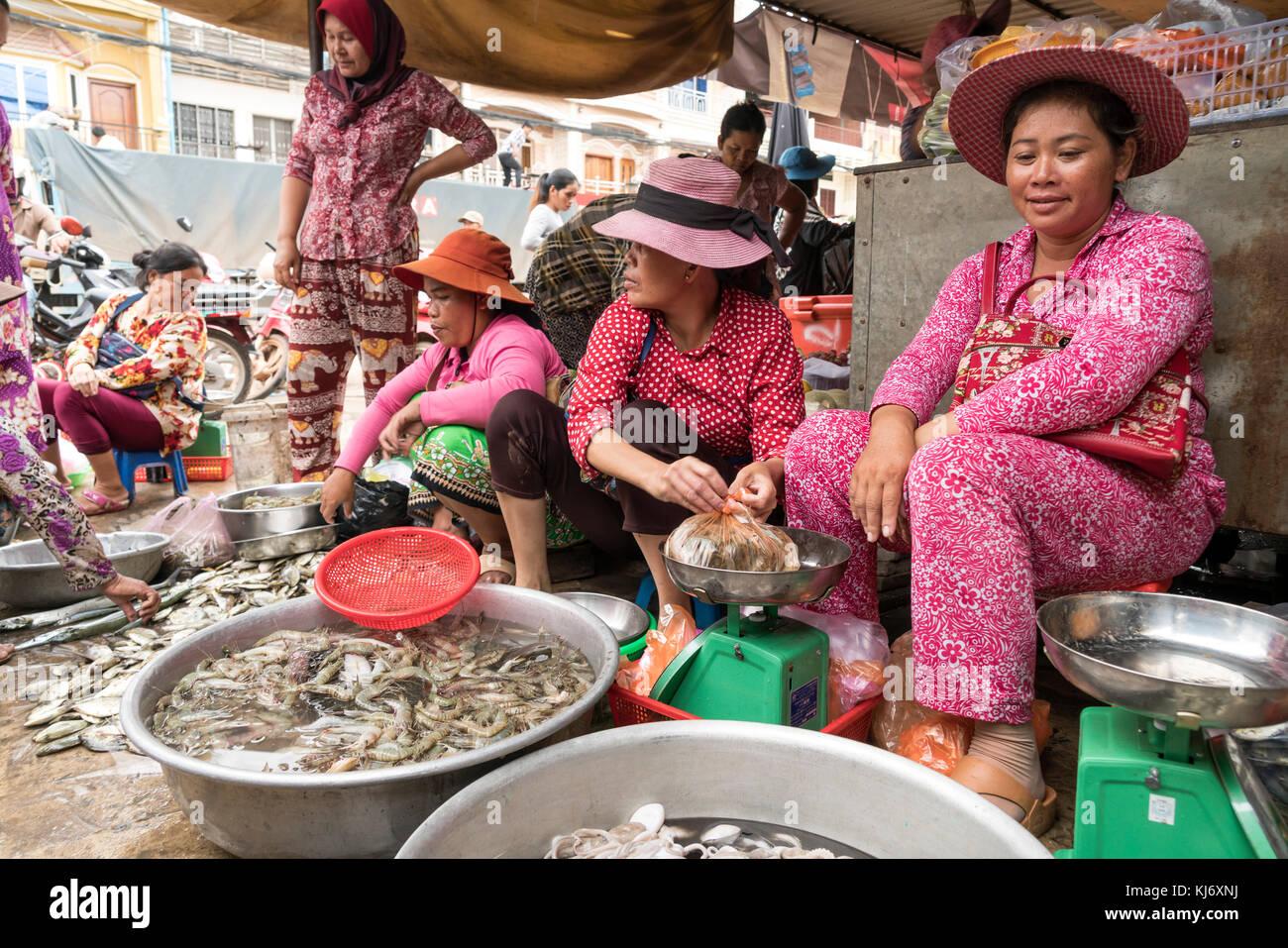 Frauen auf dem Fischmarkt en Kampot, Kambodscha, Asien | mujeres en el mercado de pescado en Kampot, Camboya, Asia Foto de stock