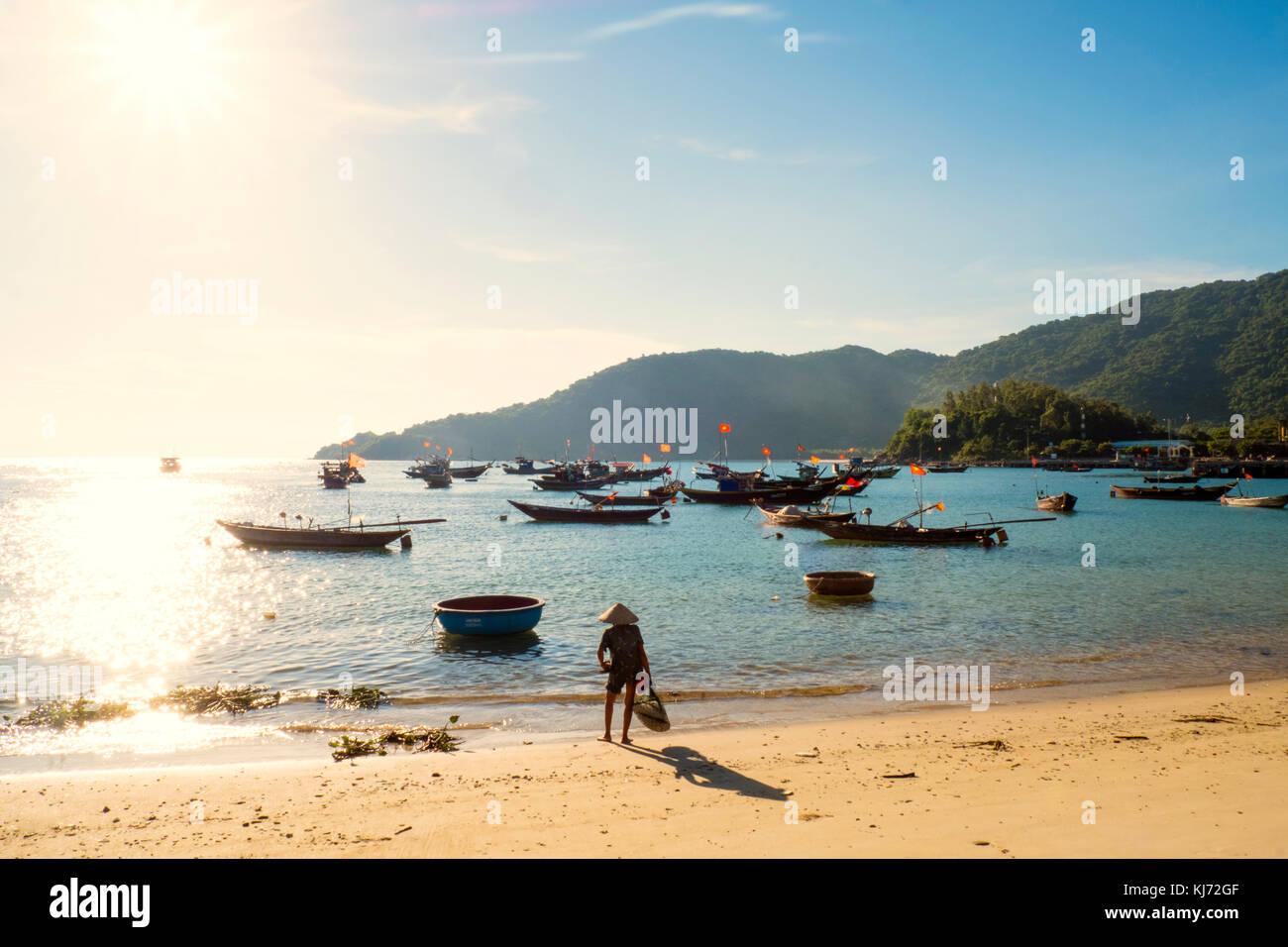 Barcos de pesca fuera de la playa en las islas cham en Vietnam Imagen De Stock