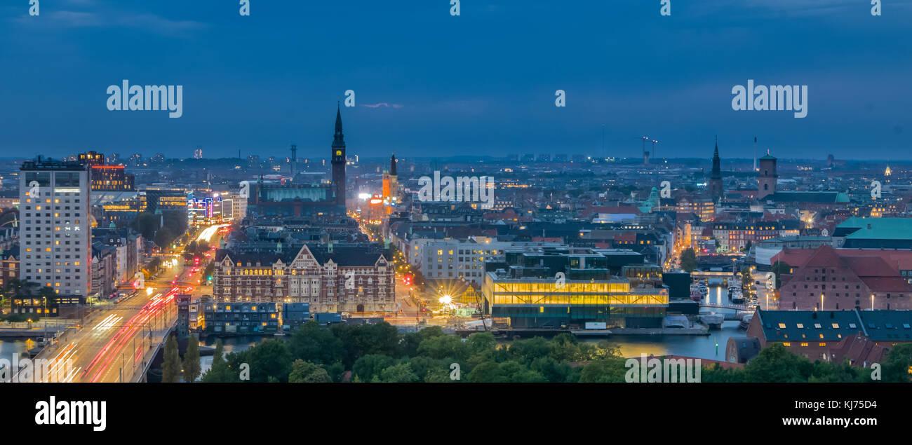 En la noche, panorama moderno de la ciudad de Copenhague, Dinamarca Foto de stock