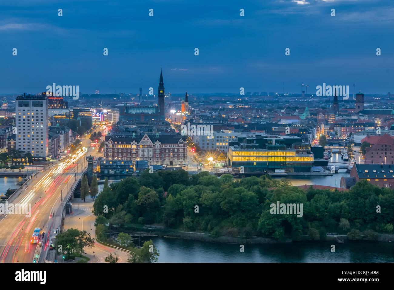Cityskape de Copenhague y su calle principal con el tráfico Imagen De Stock