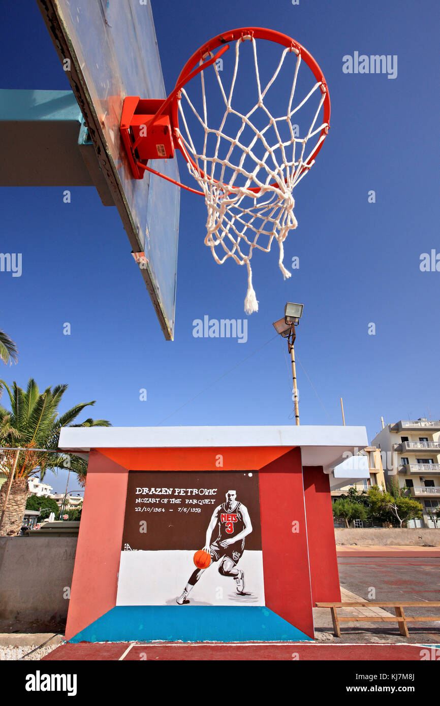 Graffiti de la gran tarde jugador de baloncesto croata Drazen Petrovic en una cancha de baloncesto abierto en ierapetra town, en la isla de Creta, Grecia. Foto de stock