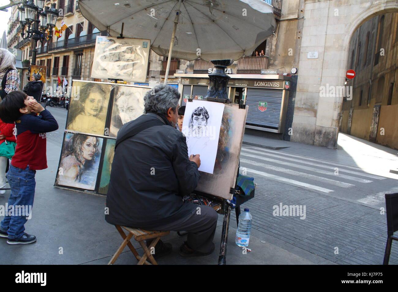 Un artista gráfico haciendo un retrato en la calle. Foto de stock