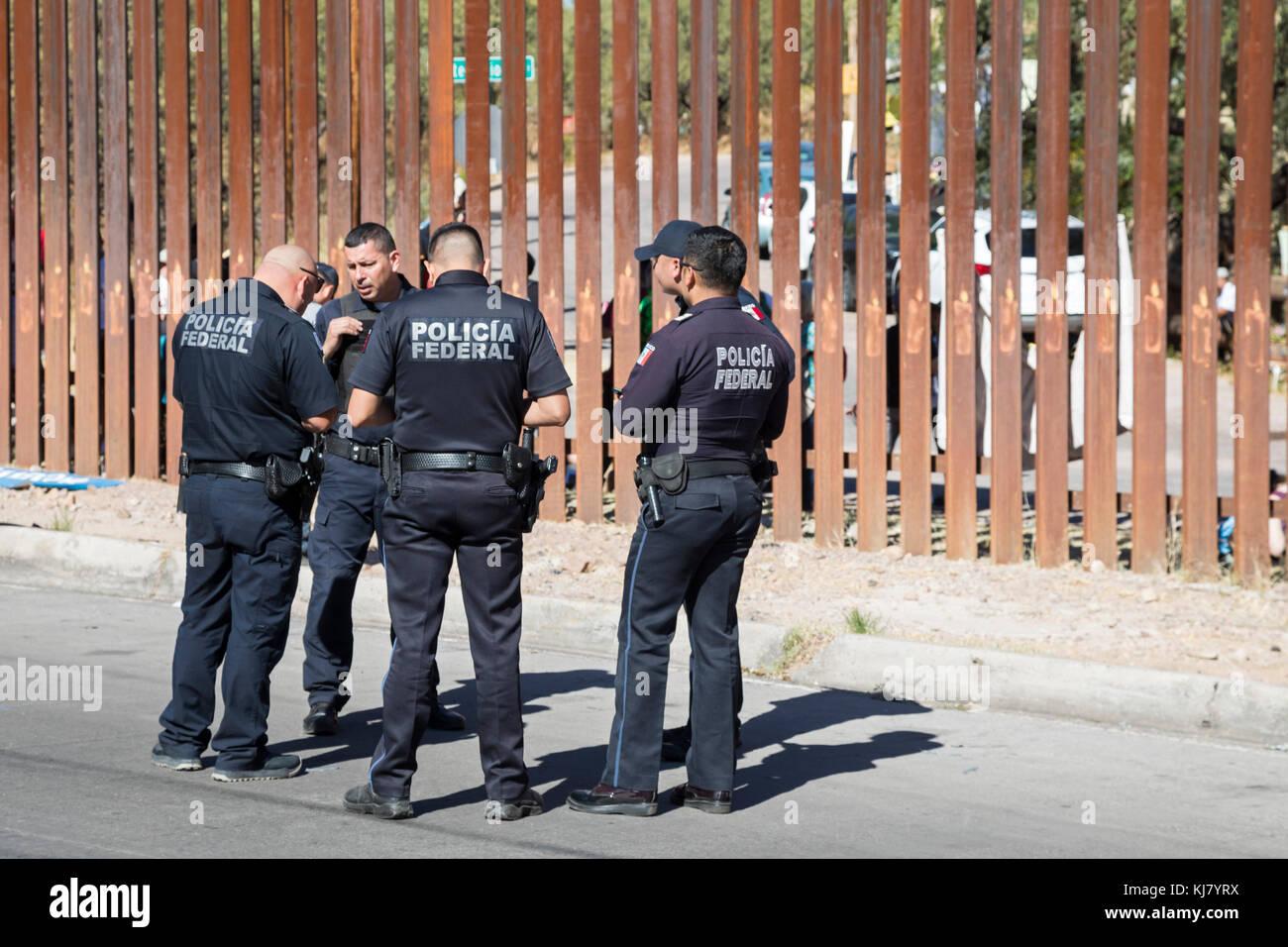 Nogales, Sonora México - policías federales en la valla de la frontera U.S.-México. Foto de stock