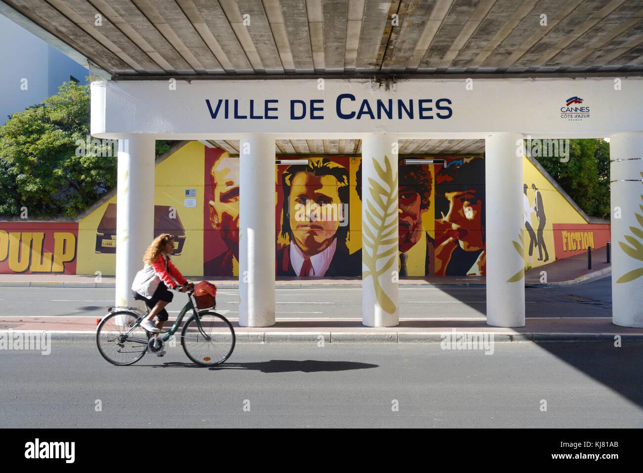 Paso subterráneo de Cannes Pulp Fiction con pinturas de pared o mural celebra el Festival de Cine de Cannes y la industria cinematográfica, en el extremo sur de La Croisette Foto de stock