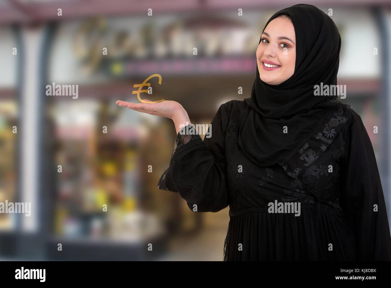 561a72571 Foto de estudio de la joven mujer vistiendo ropa tradicional árabe ...