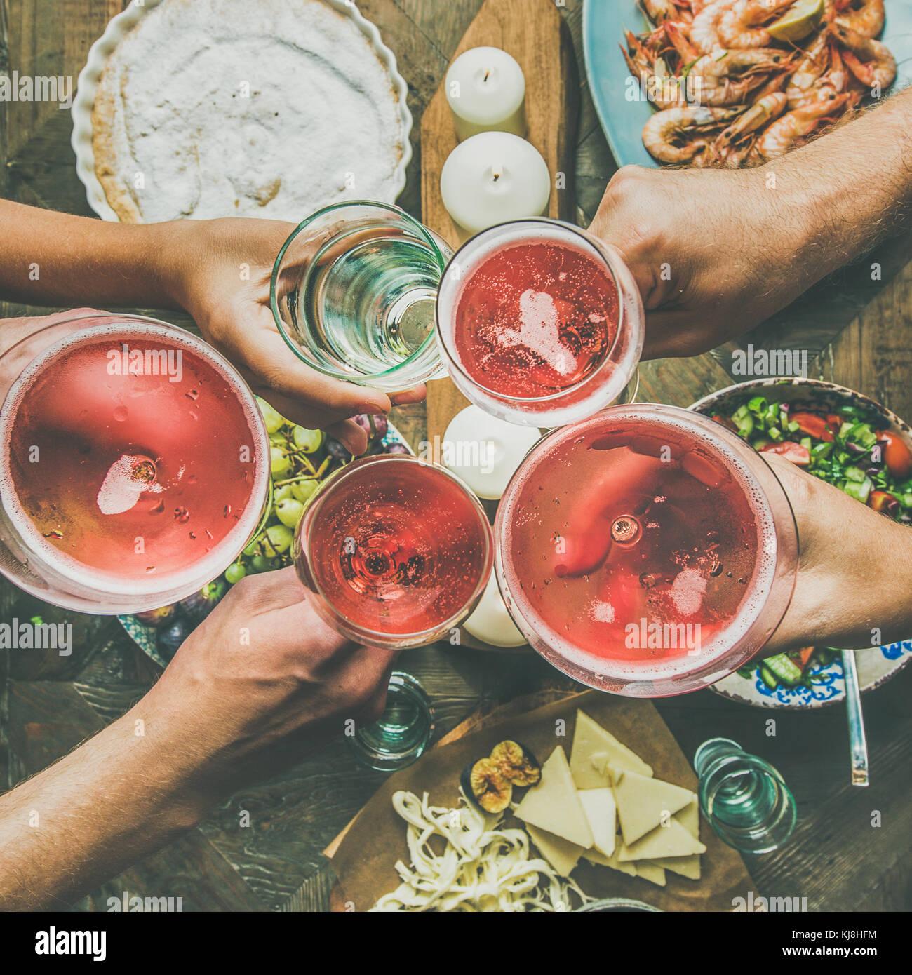 Ajuste de la tabla la celebración con comida, aperitivos cosecha cuadrado Imagen De Stock