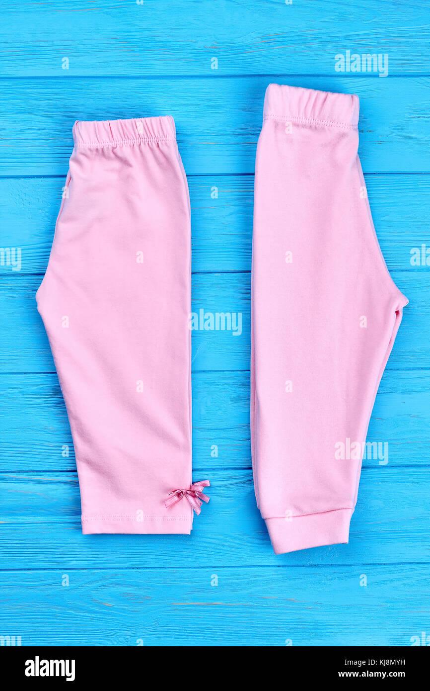 86f16ed71 Nuevo pantalón doblado para niñas. hermoso bebé niño-niña rosa y pantalones  capri sobre fondo de madera de color. Algodón ropa para niños.