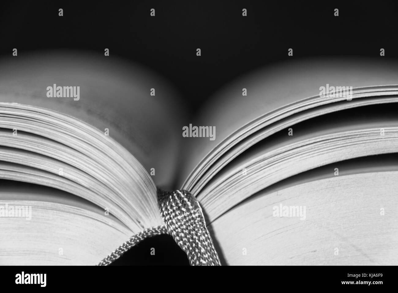 Libro Abierto con cinta Imagen De Stock
