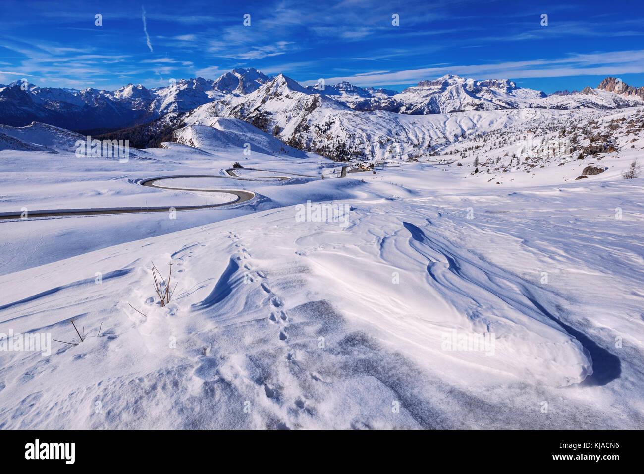 Paisaje de nieve de Passo Giau, Dolomitas, Italia Foto de stock