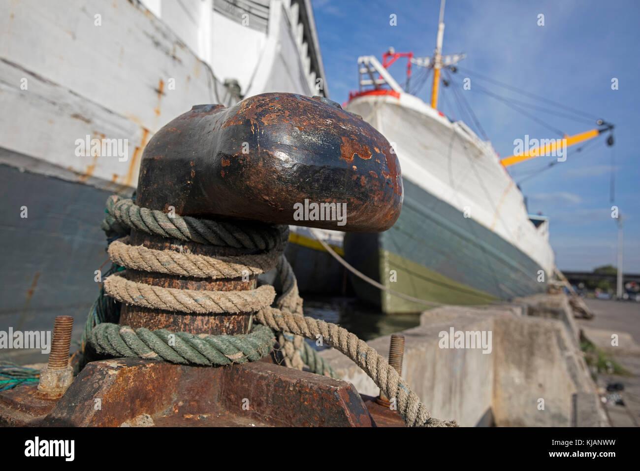 Amarre la cuerda de madera tradicional pinisi / phinisi indonesio, buques de carga atada alrededor de shoreside Imagen De Stock