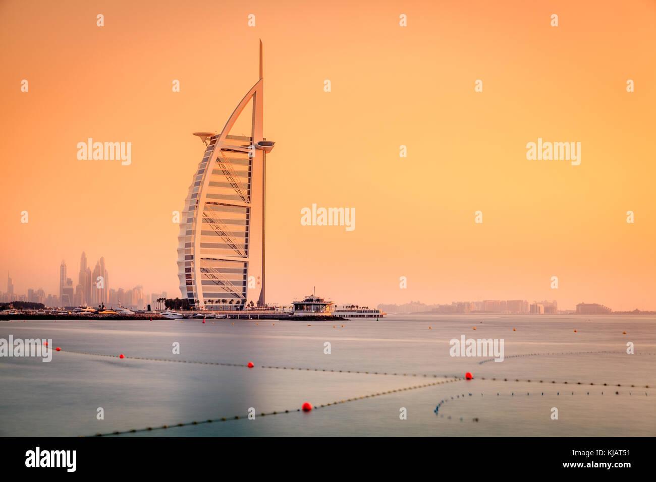 Dubai, Emiratos Árabes Unidos, Junio 7, 2016: Vista del mundialmente famoso Hotel Burj Al Arab al atardecer Imagen De Stock