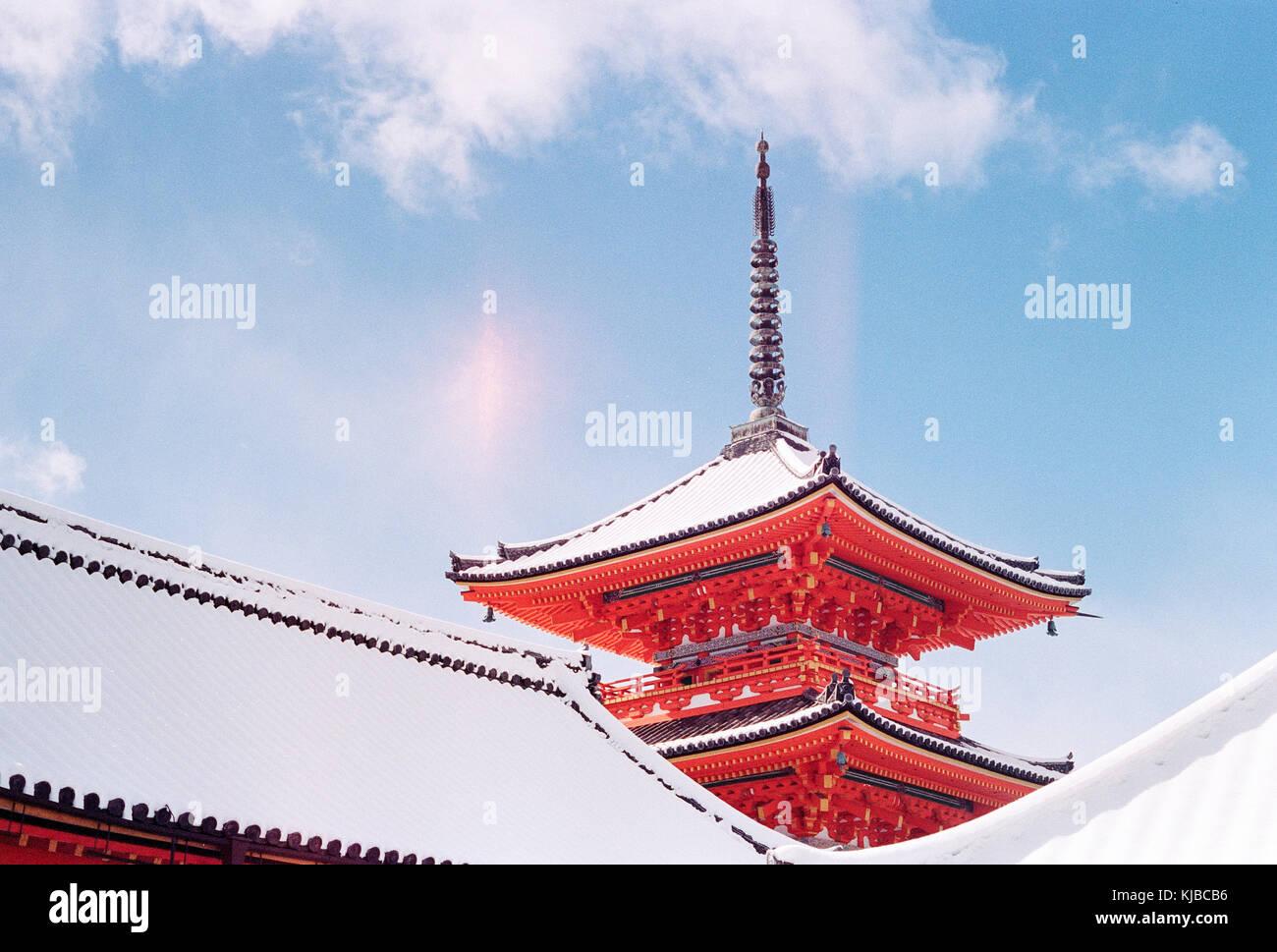 Kiyomizu-dera, un templo hermoso leer japonés, cubierto de nieve en un soleado día de invierno Foto de stock