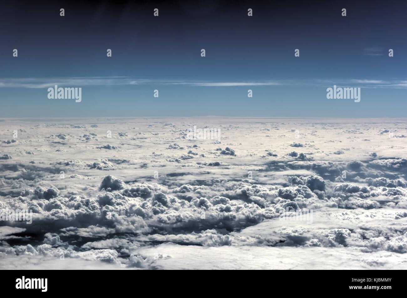 Las nubes y el cielo de los treinta mil pies en el aire. Imagen De Stock