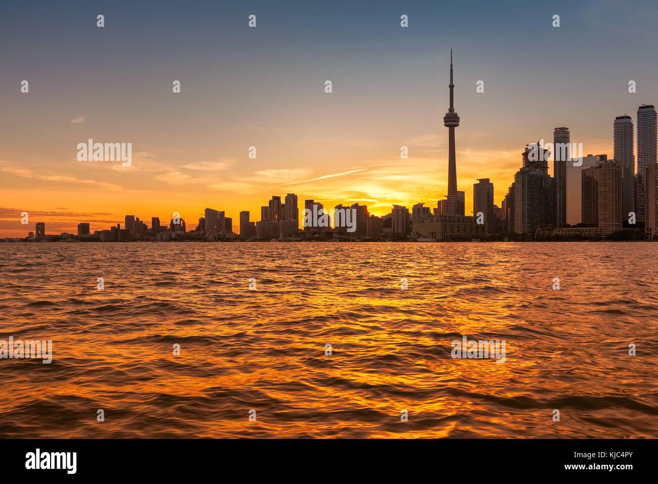 Horizonte de la ciudad de Toronto en el hermoso atardecer, Ontario, Canadá. Imagen De Stock