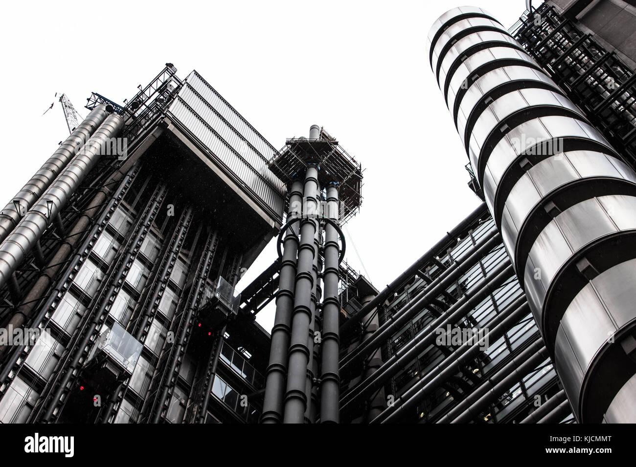 Una vista sobre el edificio Lloyd's inlondon. Con un cielo brillante, podemos ver la complejidad de este impresionante Imagen De Stock