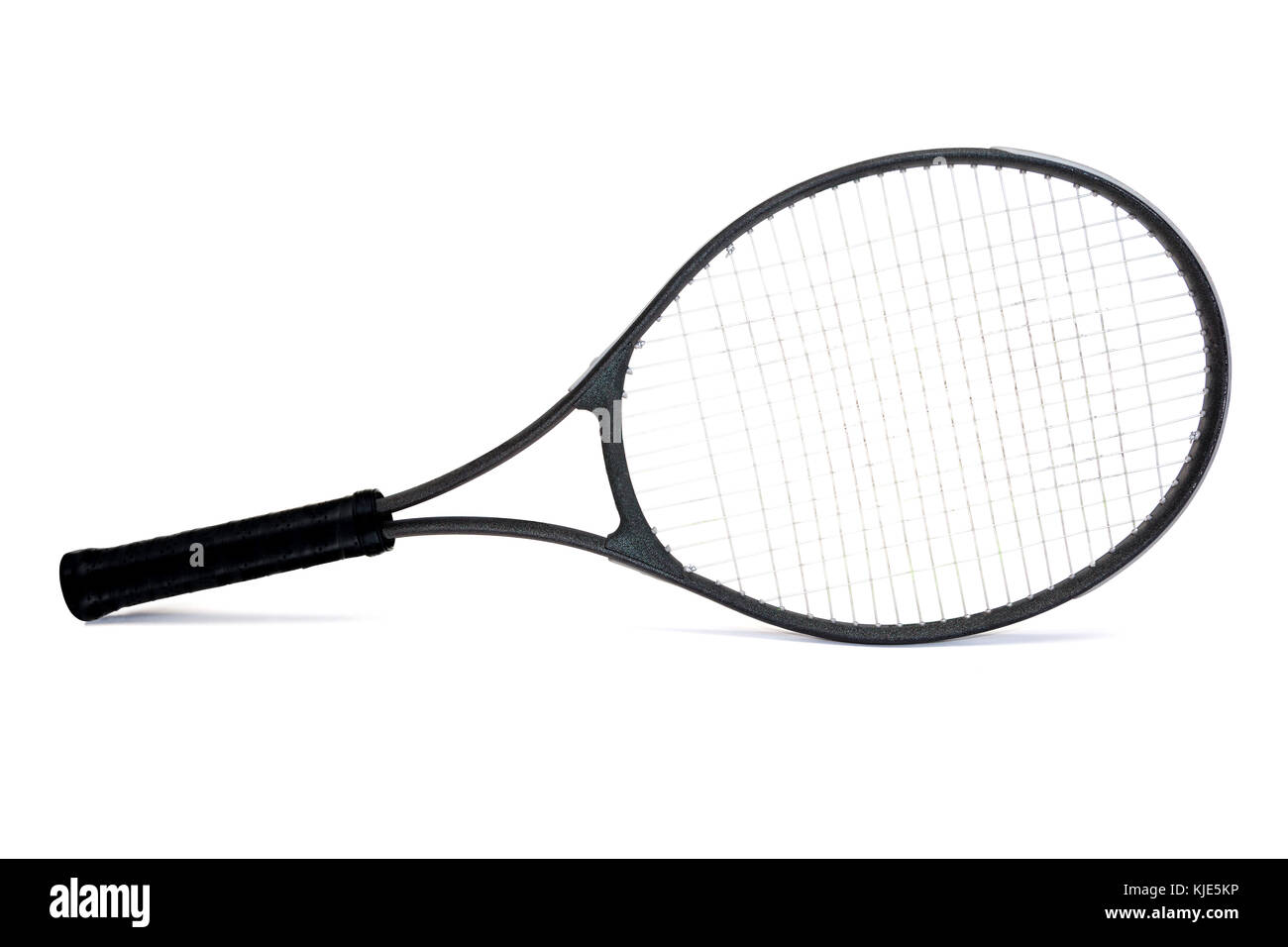 Raqueta de tenis grafito negro sazonado aislado sobre fondo blanco. Imagen De Stock