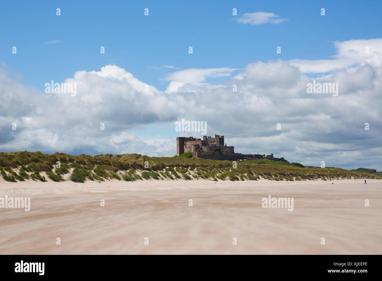 Bamburgh Castle northumberland del noreste de Inglaterra, con playas de arena blanca Foto de stock