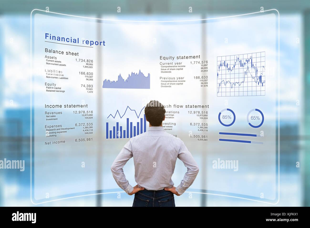 Empresario analizando datos de informe financiero de las operaciones de la compañía (balance, estado de ingresos) en la pantalla del ordenador virtual con gráfico de negocios Foto de stock
