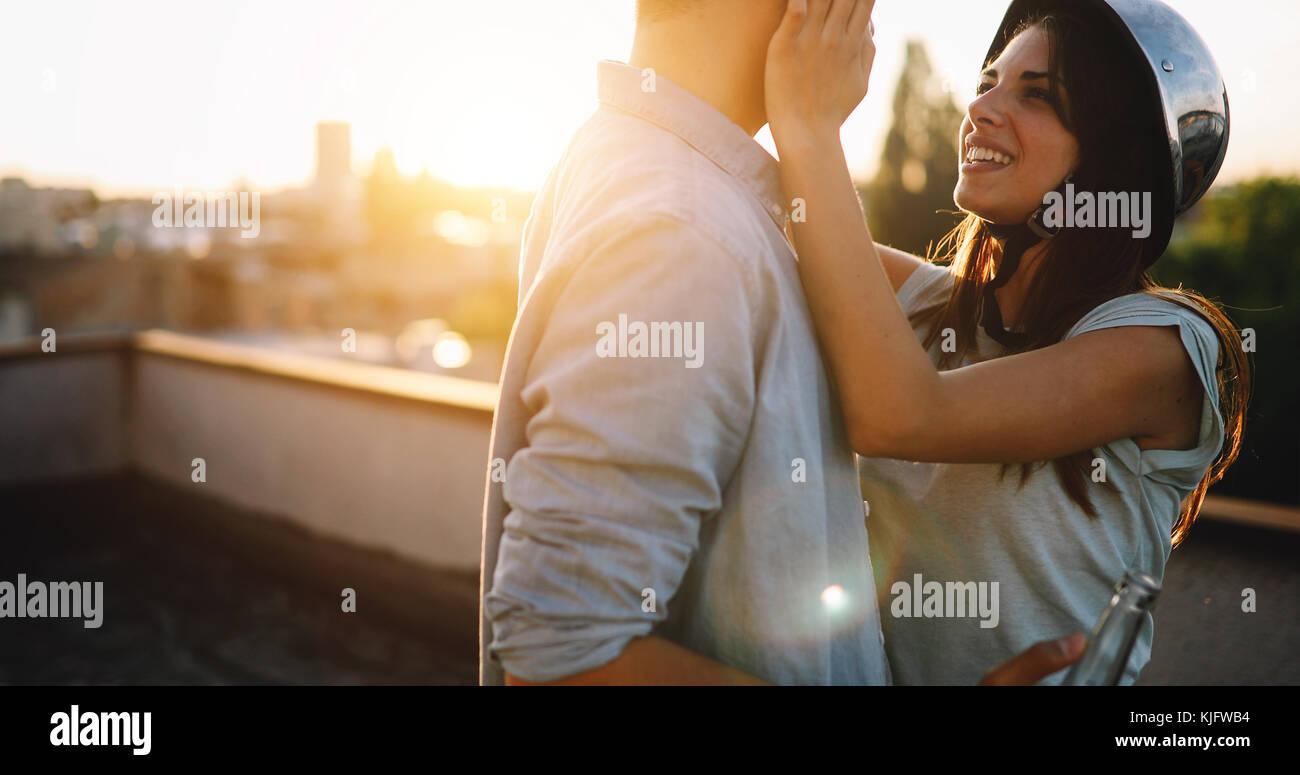 Joven feliz pareja brindando con cerveza al aire libre Imagen De Stock