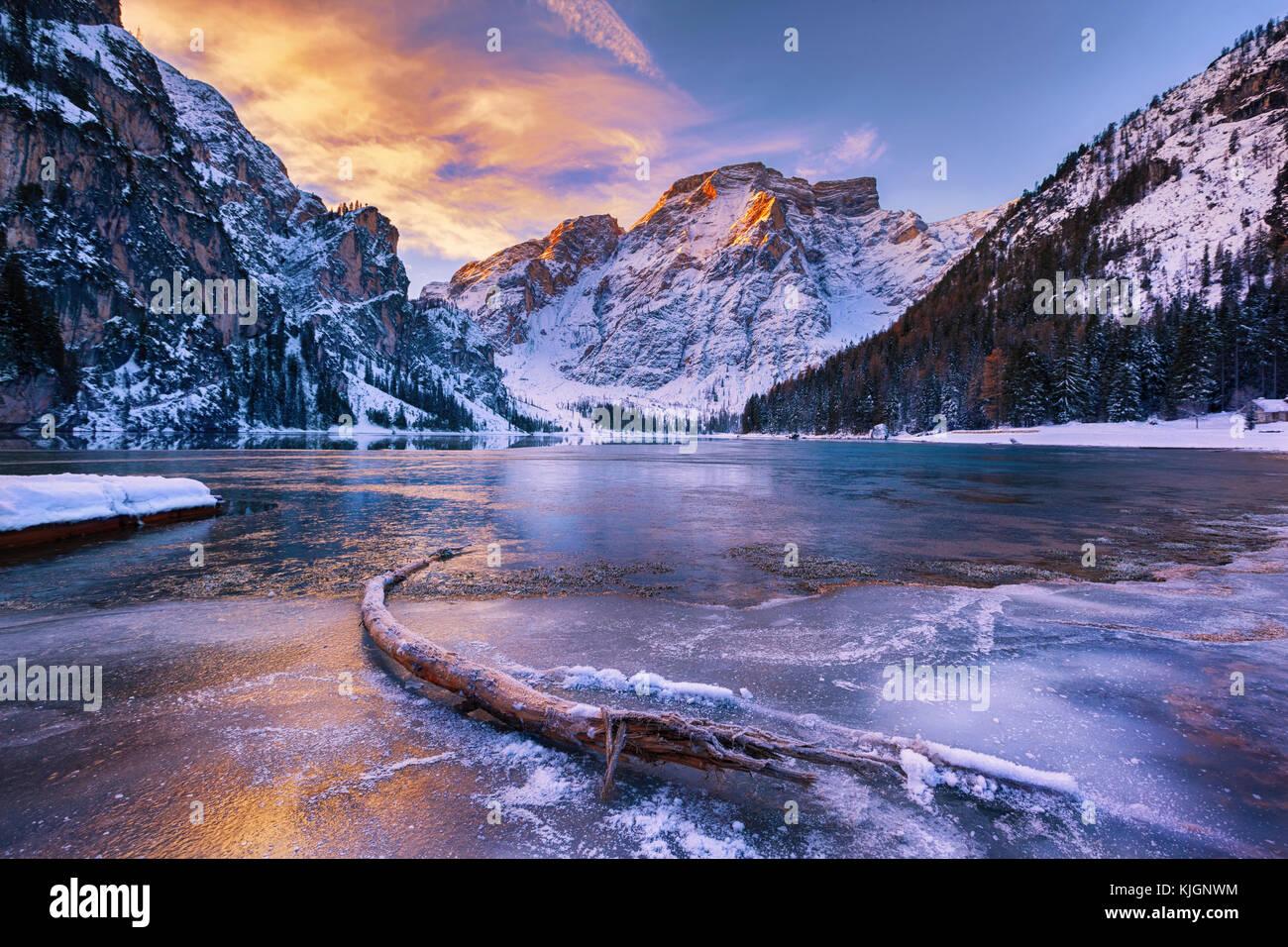 Amanecer en invierno Lago di Braies, Dolomitas, Italia Imagen De Stock