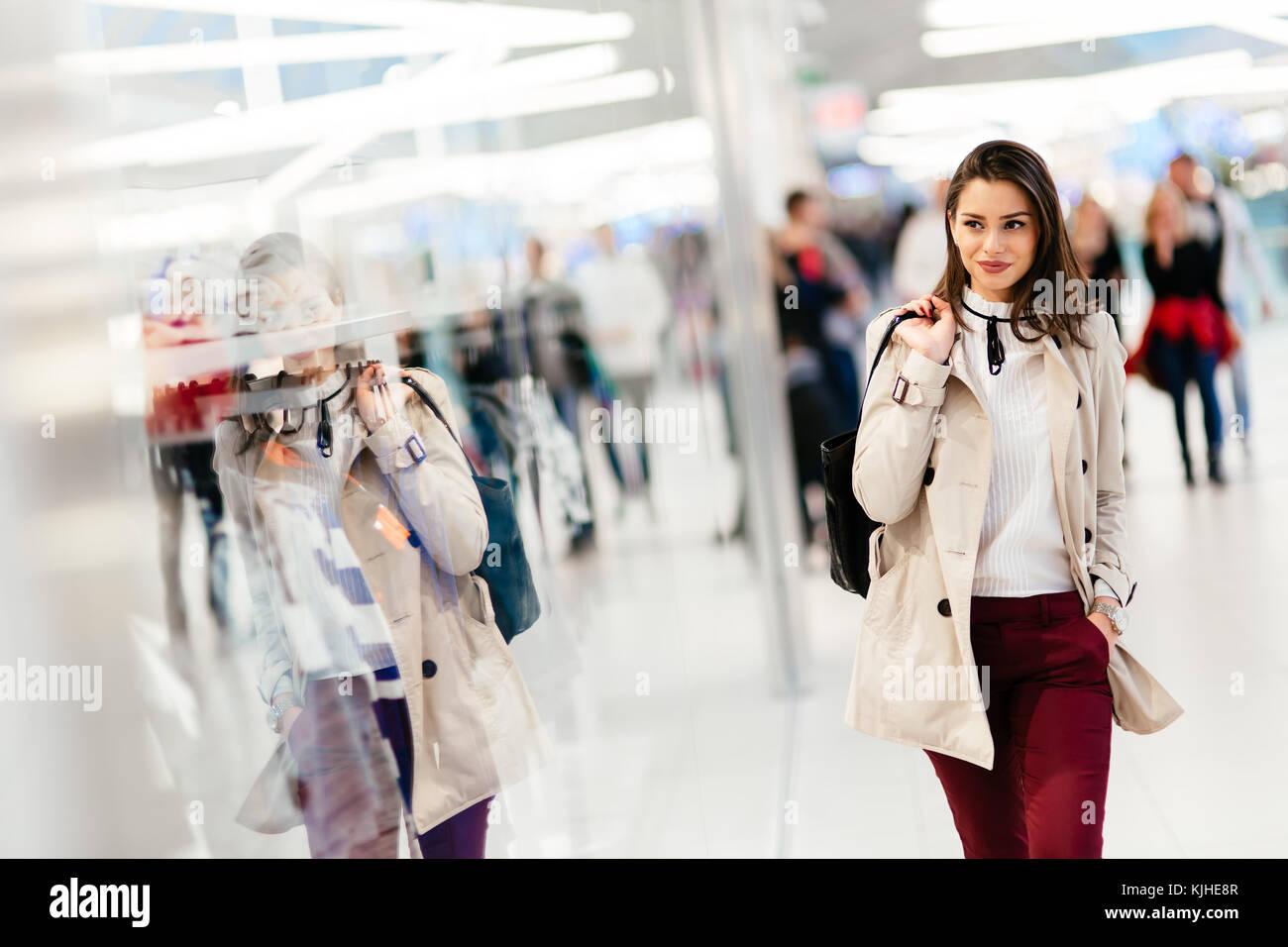 b2fd1cfc13 Bella mujer comprando ropa Foto   Imagen De Stock  166341527 - Alamy