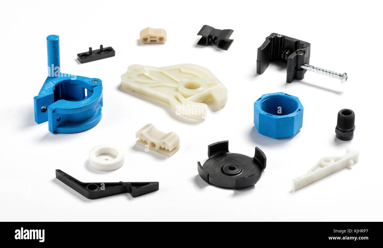 Muchos diferentes piezas de inyección de plástico de color blanco, azul y propagación de color negro Imagen De Stock