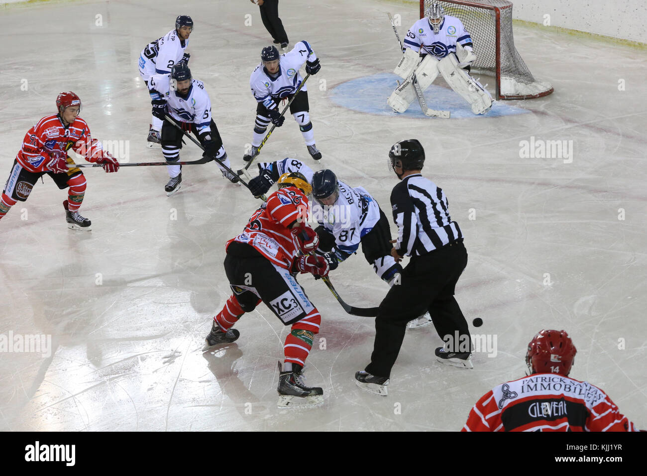 Coincidencia de hockey sobre hielo. El Mont-Blanc vs Nantes. Francia. Imagen De Stock