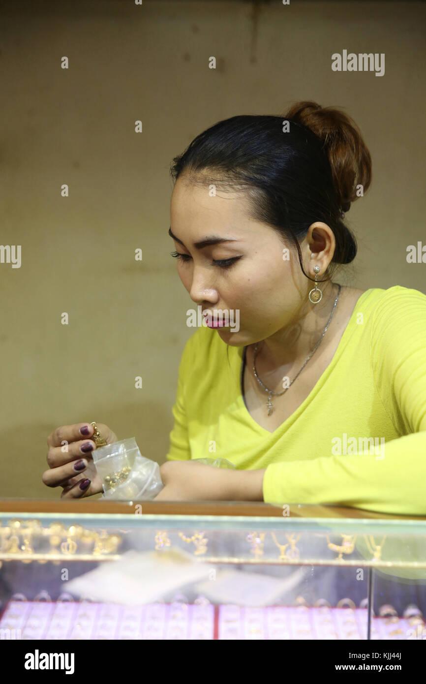 Joyería en Siem Reap mercado. Camboya. Imagen De Stock