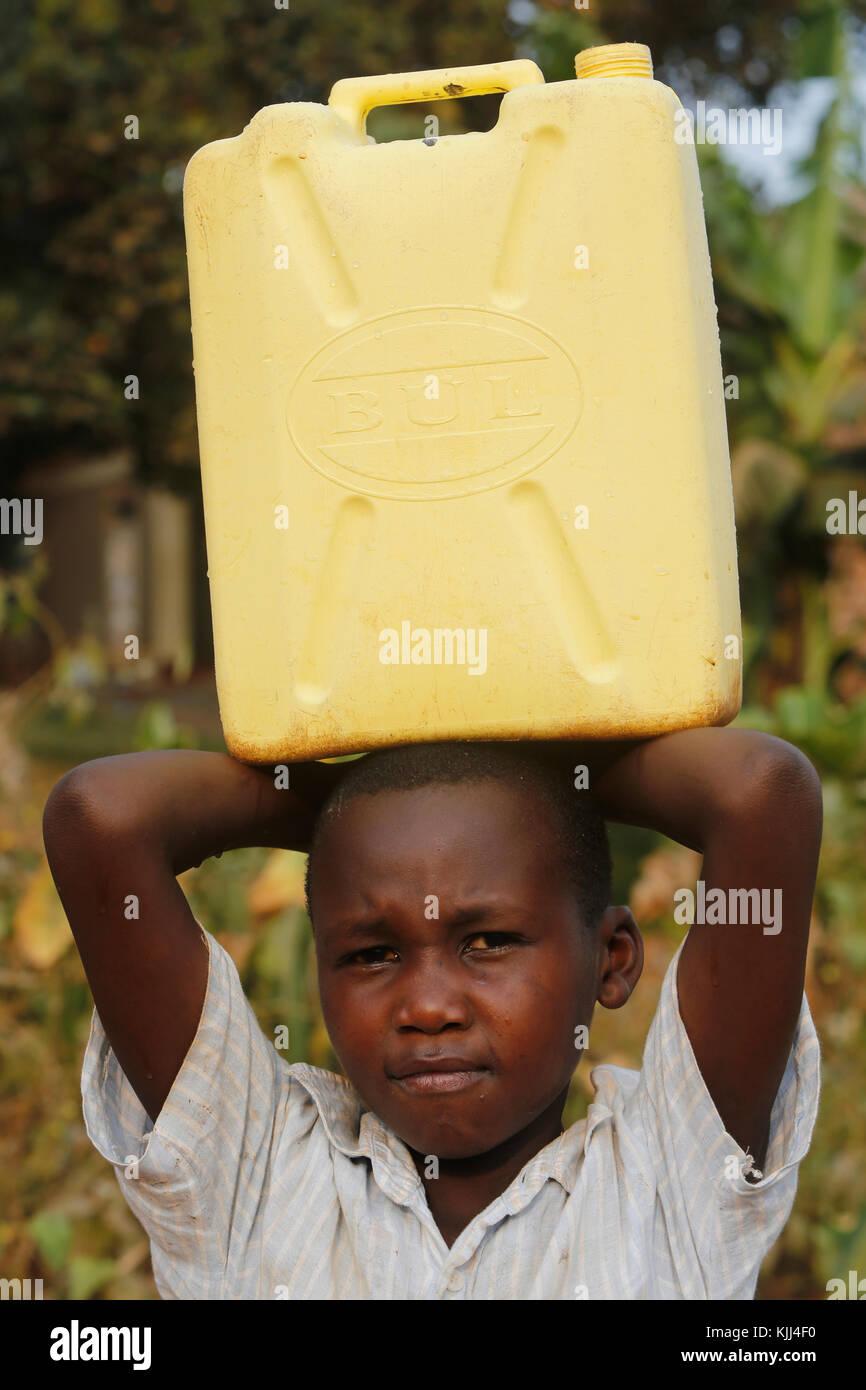 La búsqueda de agua en Mulago, Kampala. Uganda Imagen De Stock