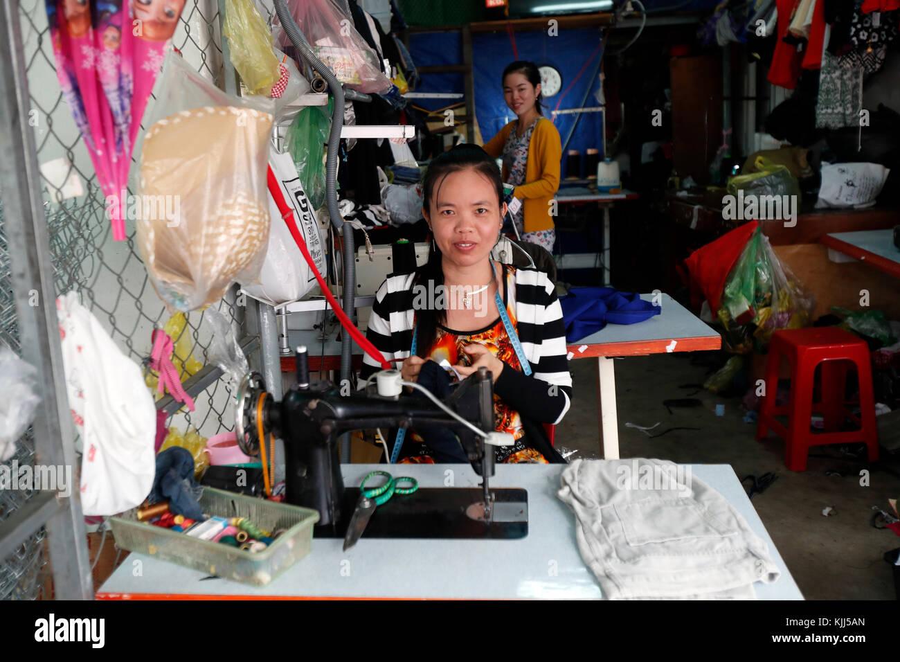 Mujer Vietnamita trabajando en la máquina de coser. Kon Tum. Vietnam. Imagen De Stock
