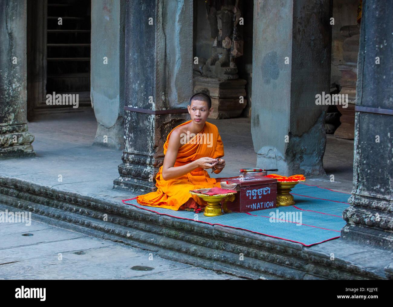 Budhist monje en el templo de Angkor Wat en Siem Reap, Camboya Foto de stock
