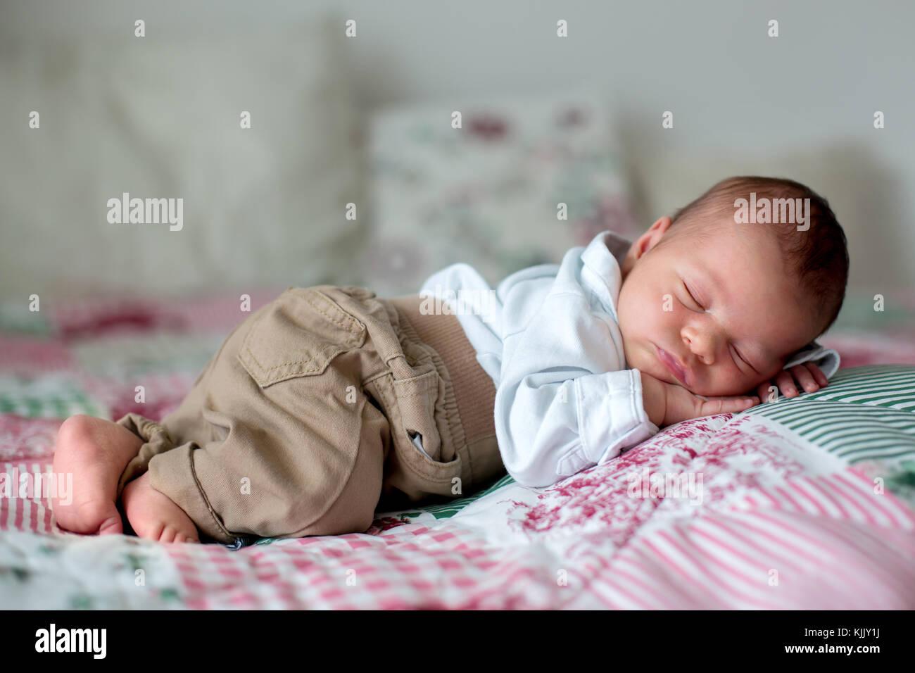 a806fd4b6 Pequeño y hermoso bebé recién nacido varón