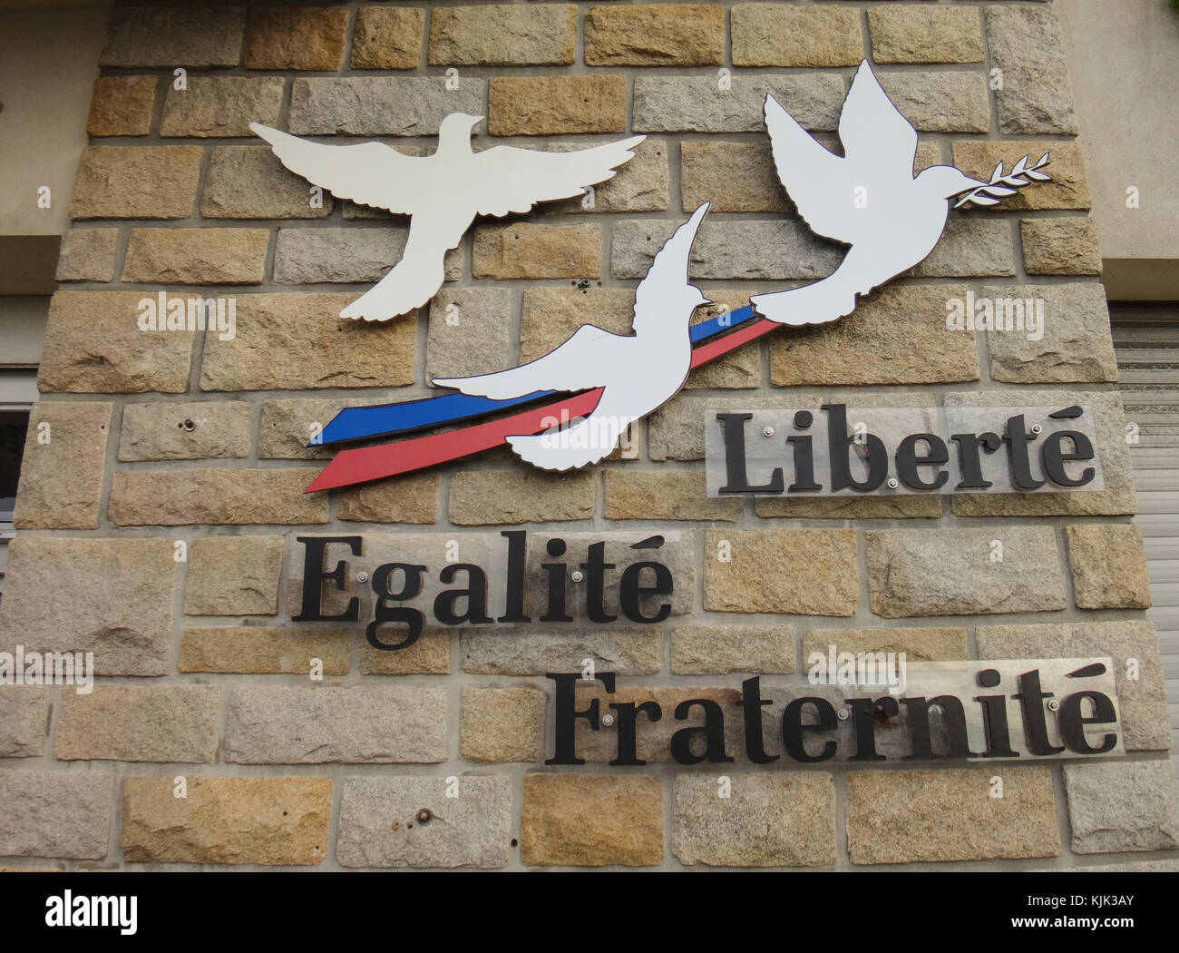 Las Palabras Liberté Egalité Fraternité Lit Libertad Igualdad Fraternidad Y Palomas De La Paz Adjunta A Una Pared Del Ayuntamiento En Crozon Francia Es El Lema De La Actual República Francesa Y