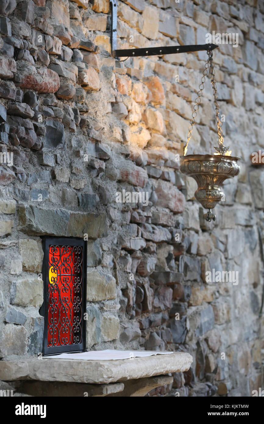 Rosans abadía benedictina. Tabernáculo y lámpara. Francia. Imagen De Stock
