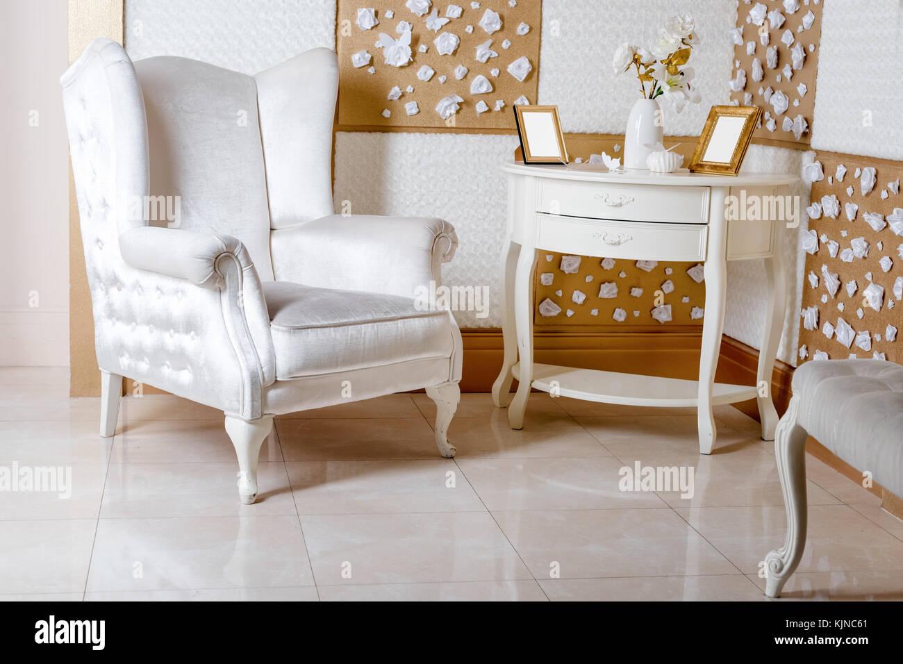 Un interior de lujo. lujoso sillón blanco, un antiguo mobiliario de ...