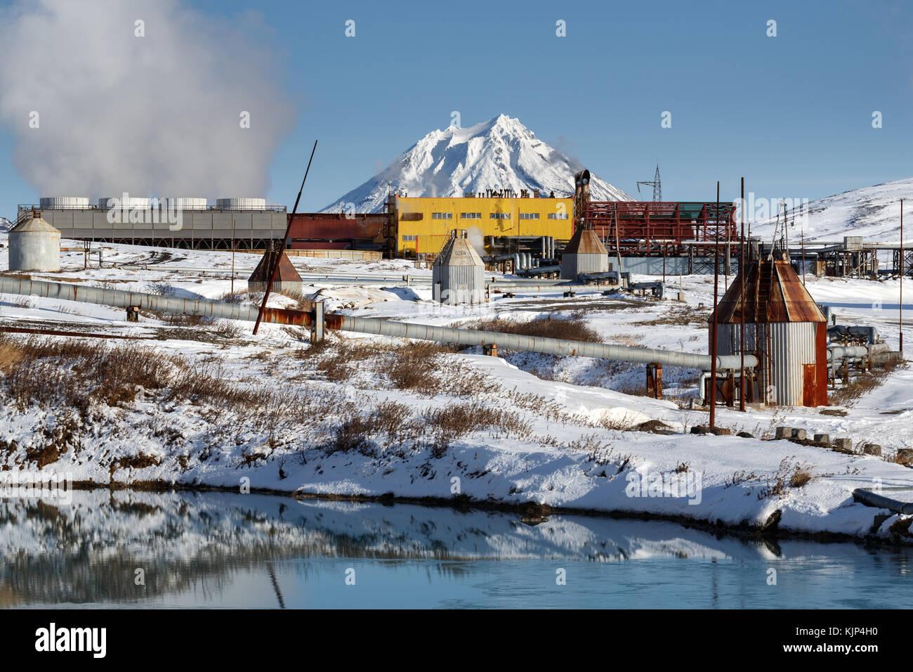 Vista de invierno en la estación de energía geotérmica mutnovskaya (mutnovskaya geopp-1) (geotherm Imagen De Stock