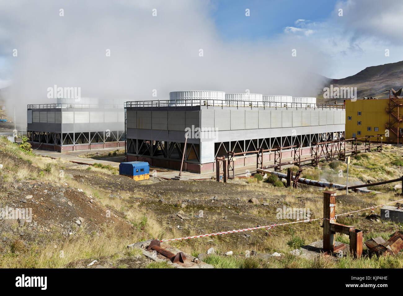 La península de Kamchatka, ventilador de torres de refrigeración de la central eléctrica geotérmica Imagen De Stock