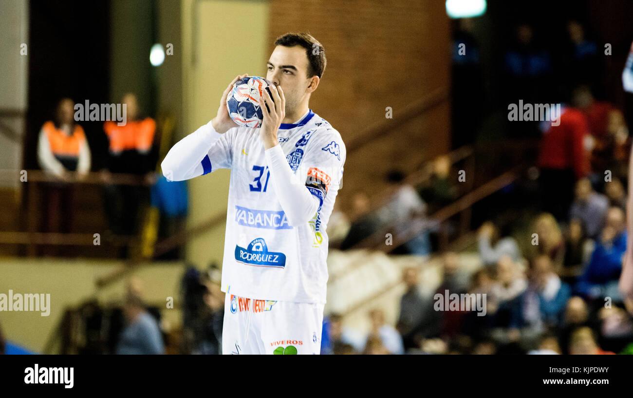 León, España. El 25 de noviembre, 2017. Alex Costoy (Ademar León) durante el partido de balonmano Imagen De Stock
