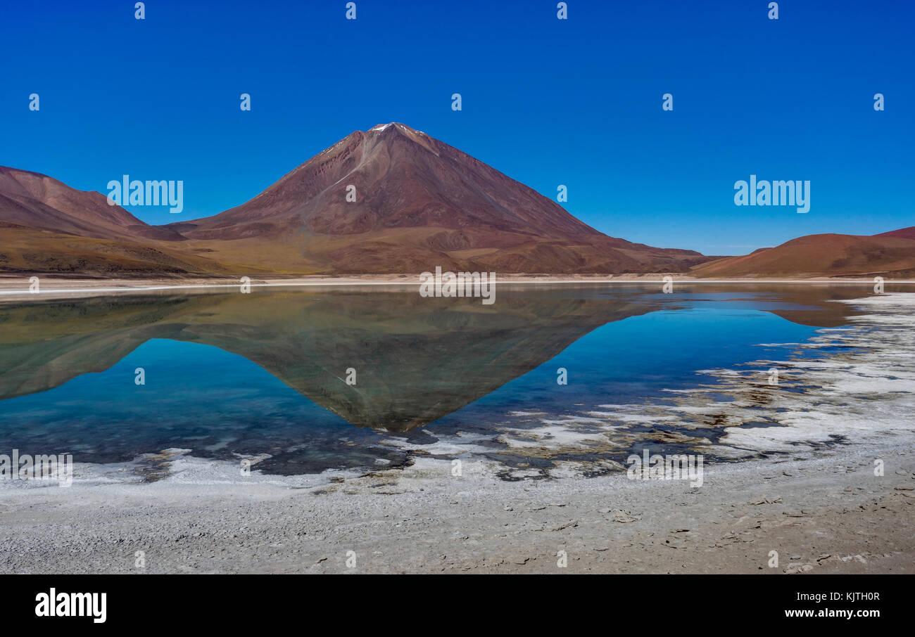 Foto tomada en agosto de 2017, en el altiplano de Bolivia, América del Sur: Laguna Verde Altiplano, Bolivia Imagen De Stock