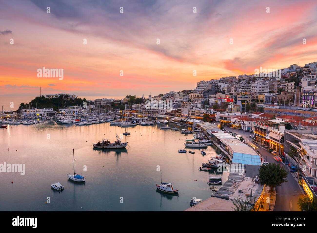 Noche en Mikrolimano marina en Atenas, Grecia. Imagen De Stock