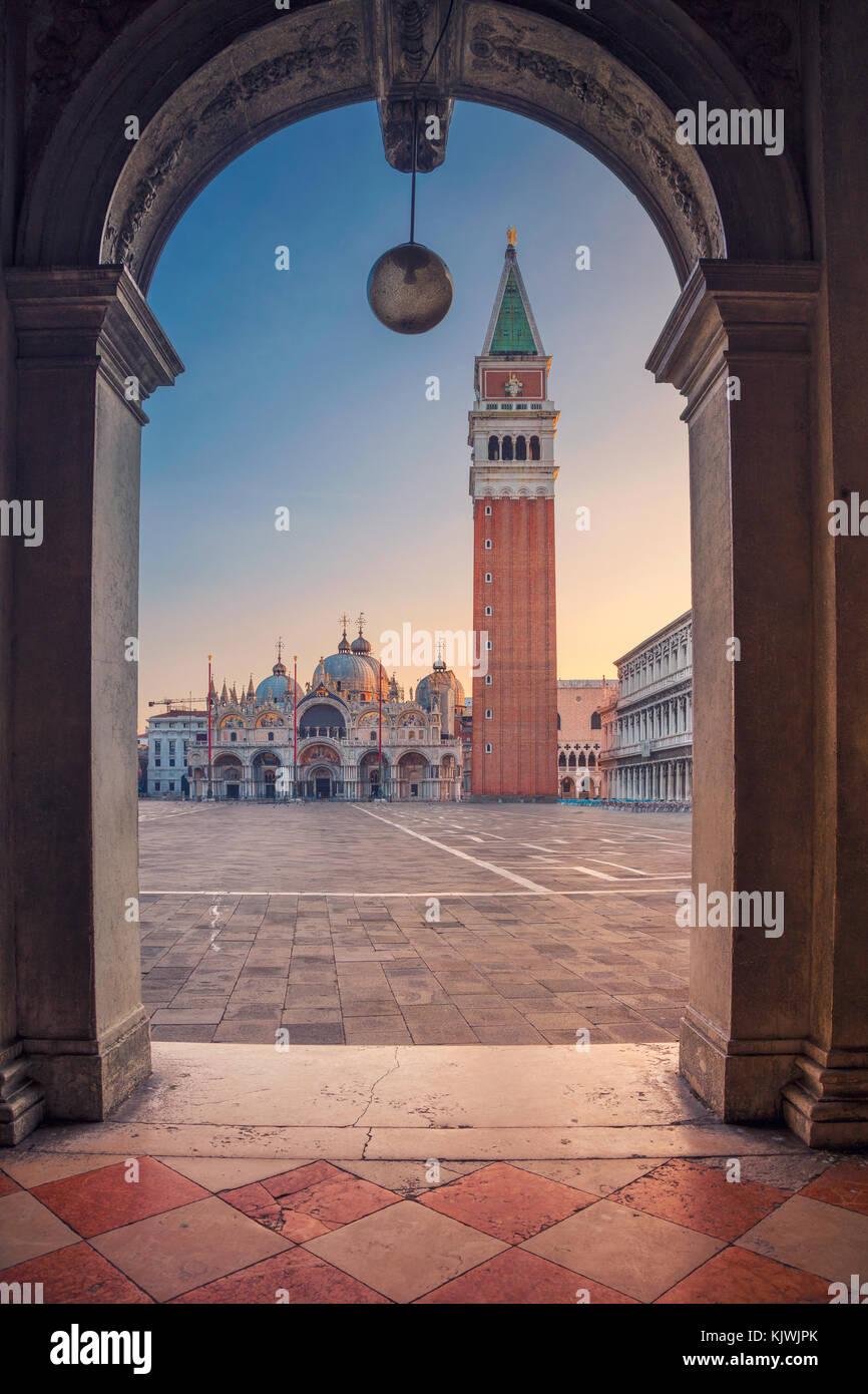 Venecia. Imagen del paisaje urbano de la plaza de San Marcos en Venecia durante el amanecer. Imagen De Stock