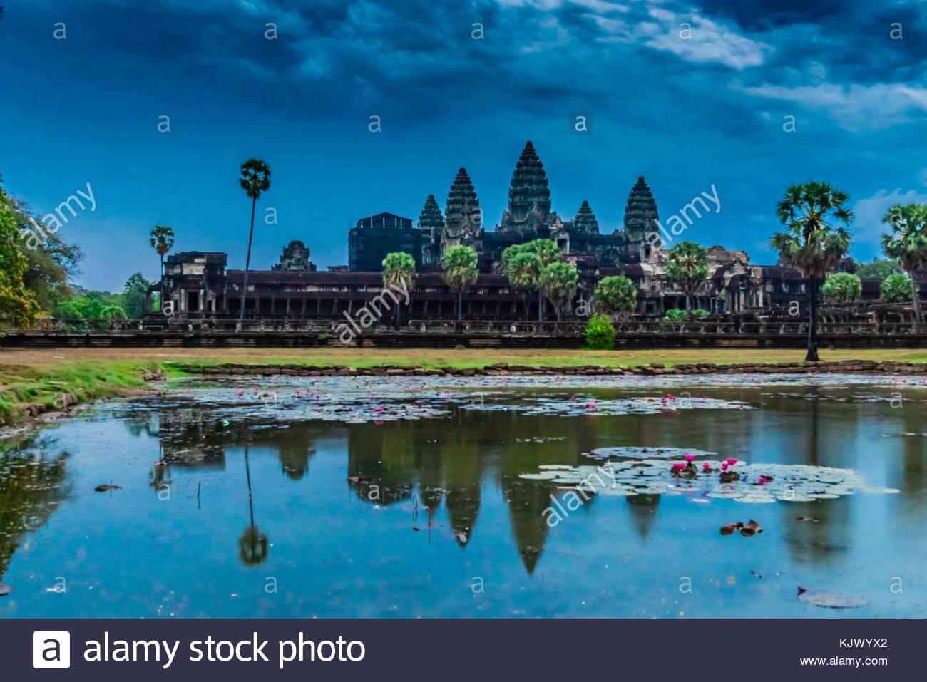 Vista de Angkor Wat con estanque. Es el monumento religioso más grande en el mundo. Su nombre significa Ciudad Imagen De Stock
