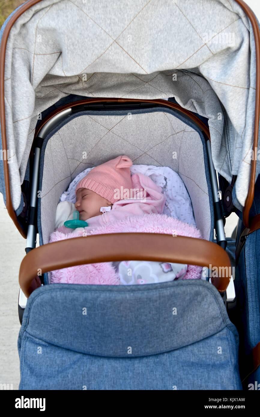 262b536a4 Bebé recién nacido agrupados en cochecito Foto & Imagen De Stock ...