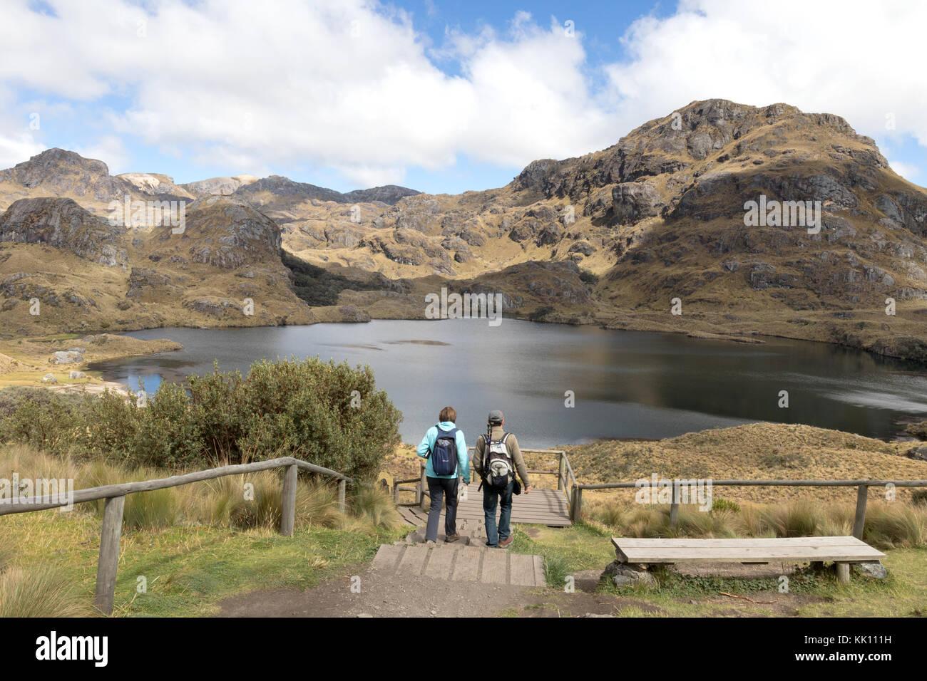 Viajes Ecuador - una pareja caminar en el Parque Nacional El Cajas, en el sur de Ecuador, América del Sur Imagen De Stock