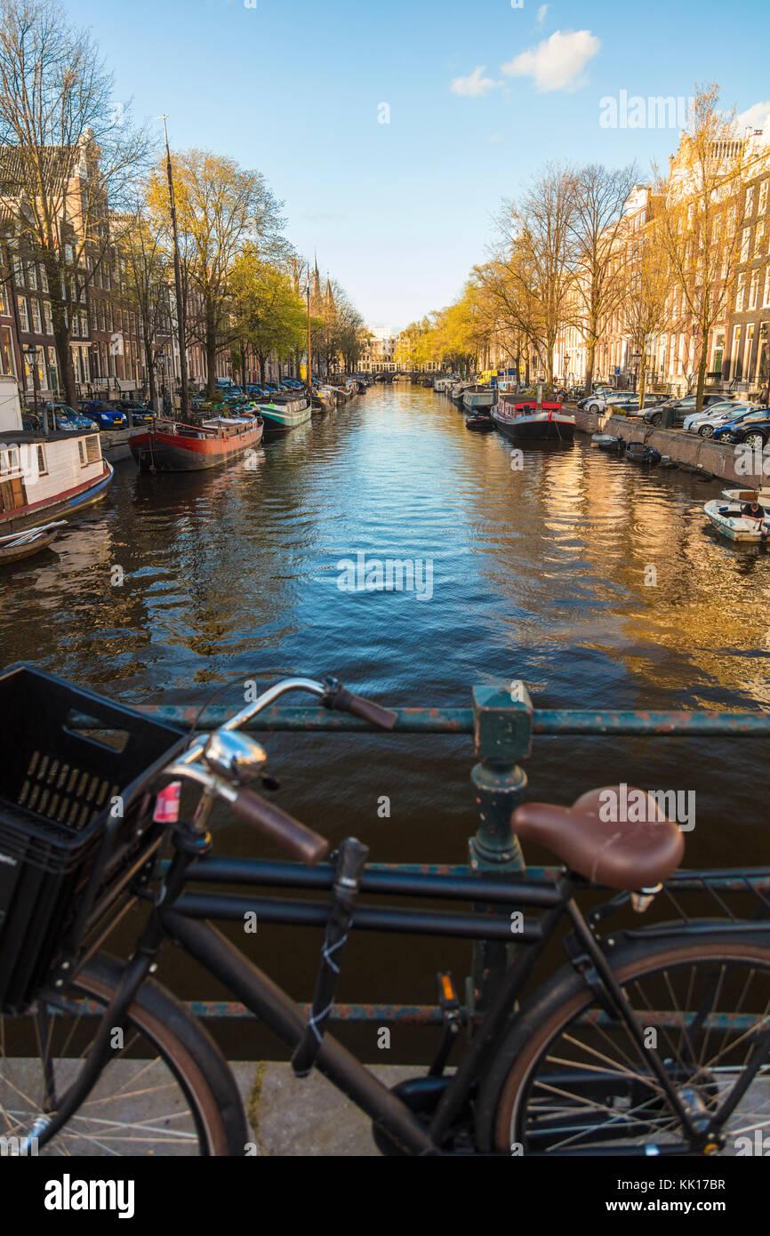 Vista de bicicleta y canal central, Ámsterdam, Países Bajos. Foto de stock
