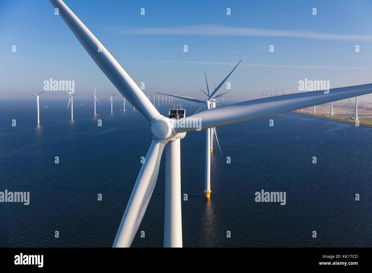 Vista aérea de las turbinas eólicas en el mar, al norte de Holanda, países bajos Foto de stock