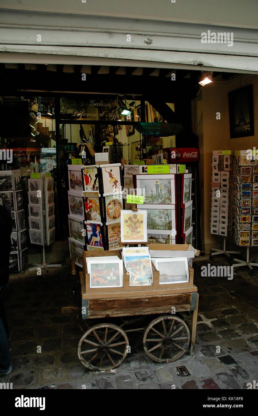 Artistas pintando y venta de pinturas para turistas en el barrio de los artistas en Montmartre, en el camino de la Basílica del Sagrado Corazón de París. Foto de stock