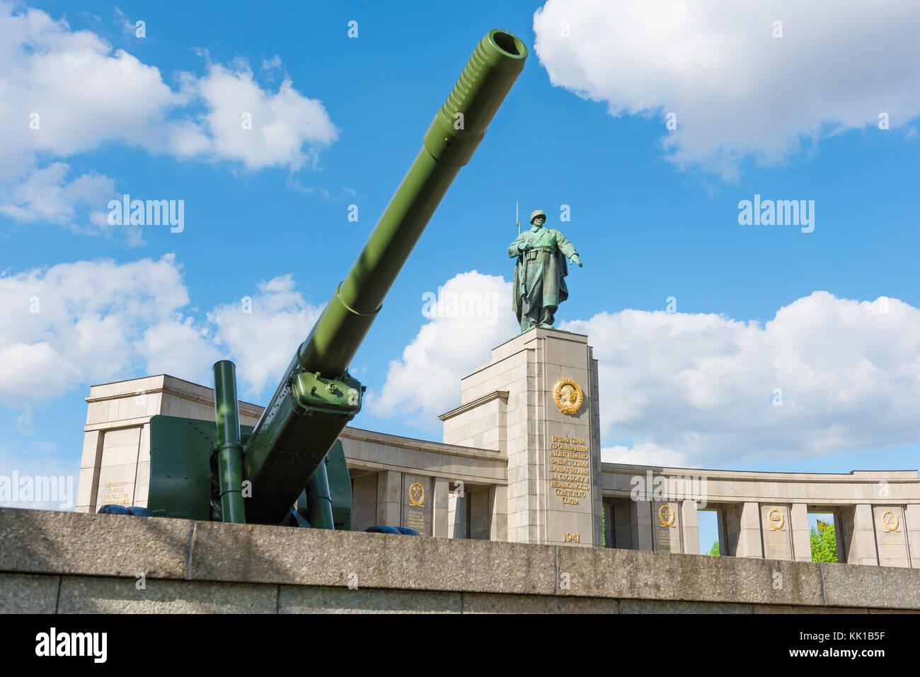 Memorial De La Guerra Sovietica De Berlin Obus Y La Estatua De Un