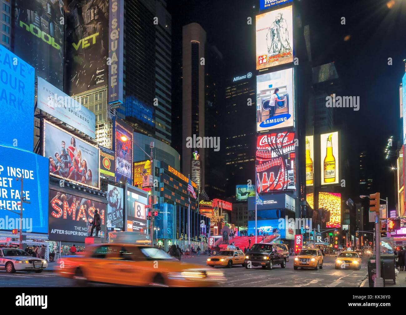 Times Square por la noche en la ciudad de Nueva York Imagen De Stock