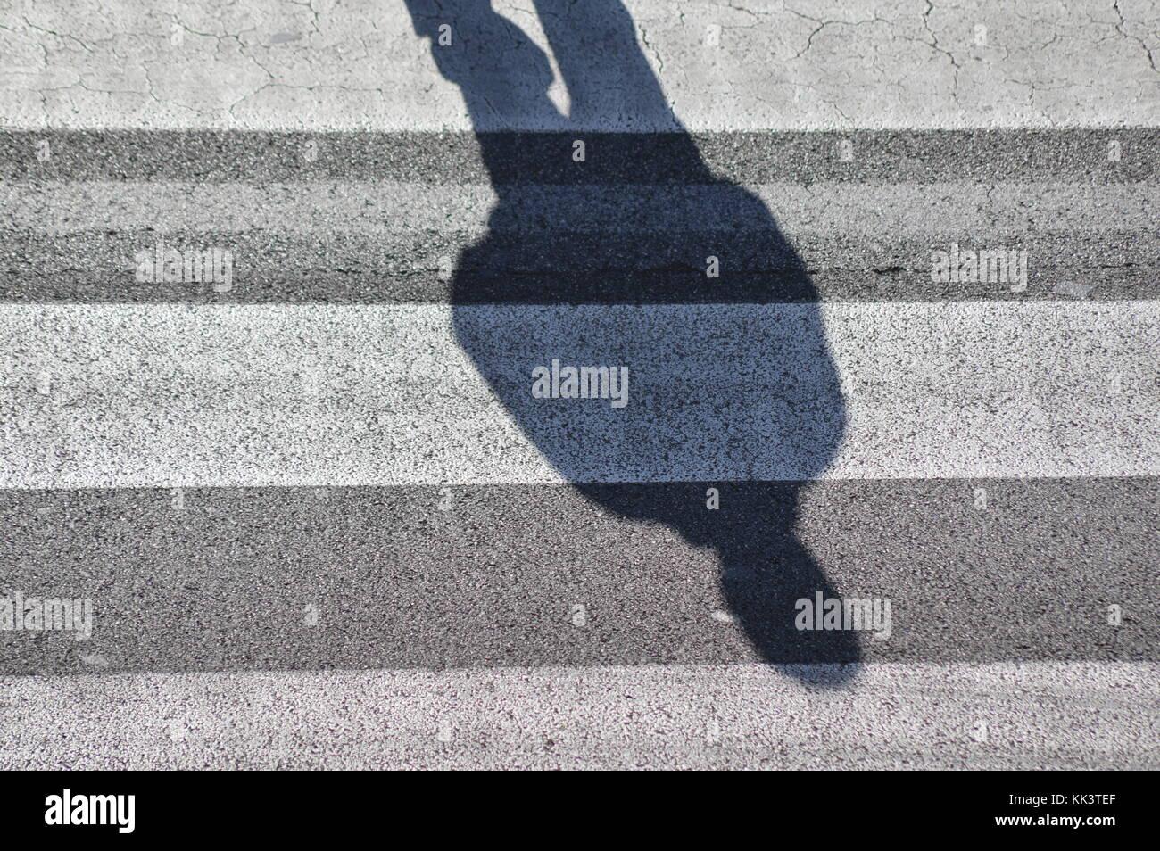 Cruce peatonal (sombras sobre el suelo). Imagen De Stock